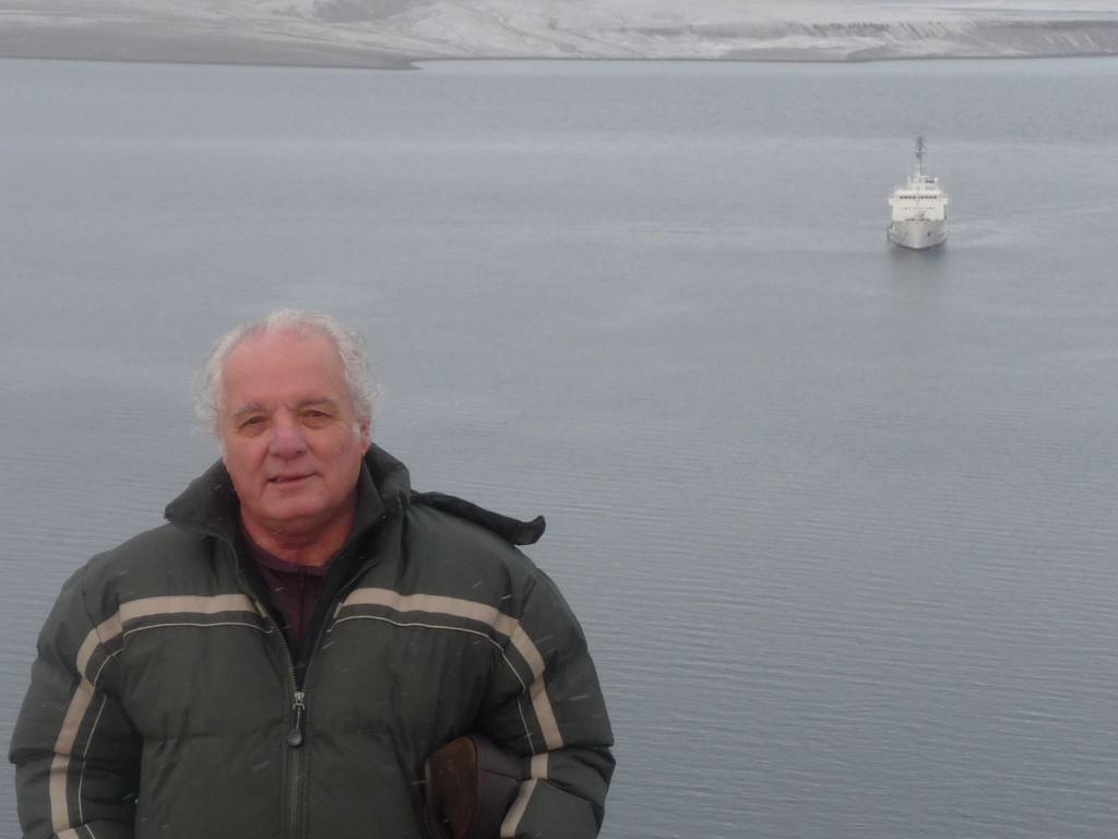 """El escritor de viajes Javier Reverte inmerso """"En Mares Salvajes""""."""