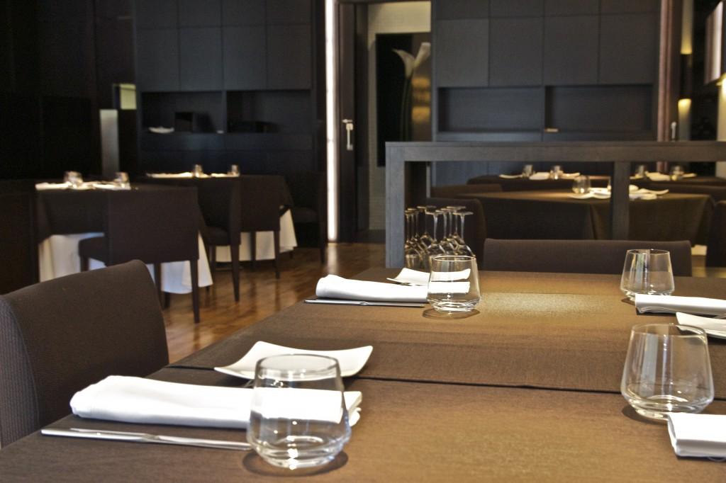 Interior con decoración sobria de Sents Restaurant, en Ontinyent (Valencia).
