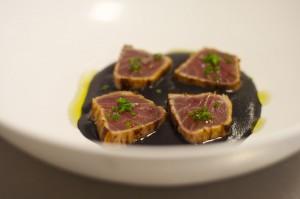 Tataki de atún con ajo negro de Sents Restaurant.