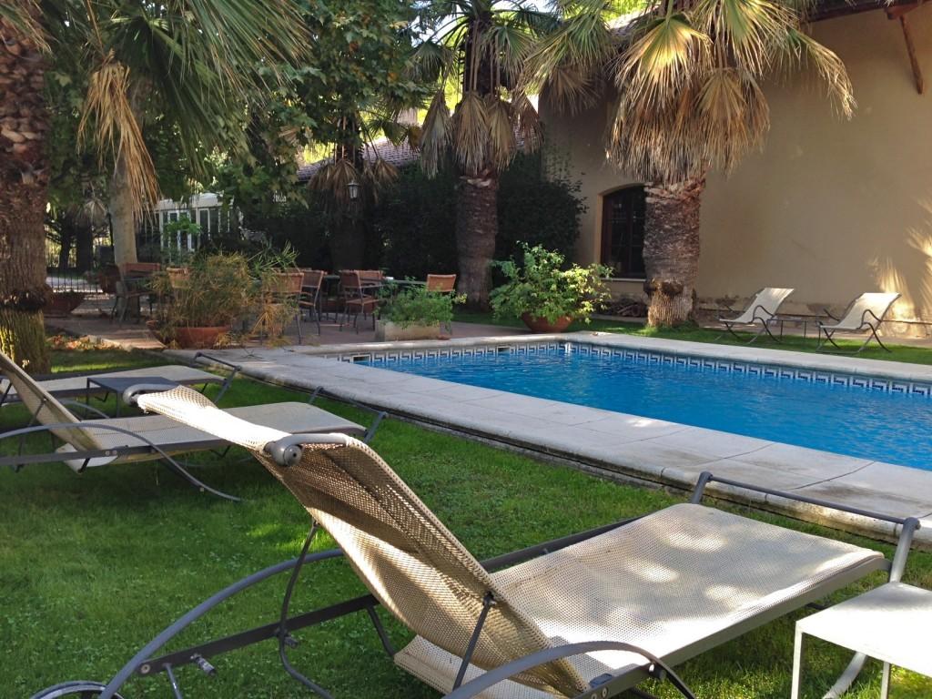 Piscina en el jardín del hotel L'Estació en Bocairent (Valencia).