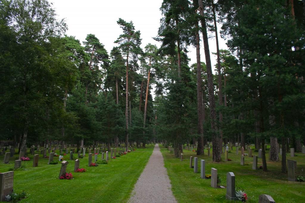 En el cementerio de Skogskyrkogarden descansan los restos de Greta Garbo.