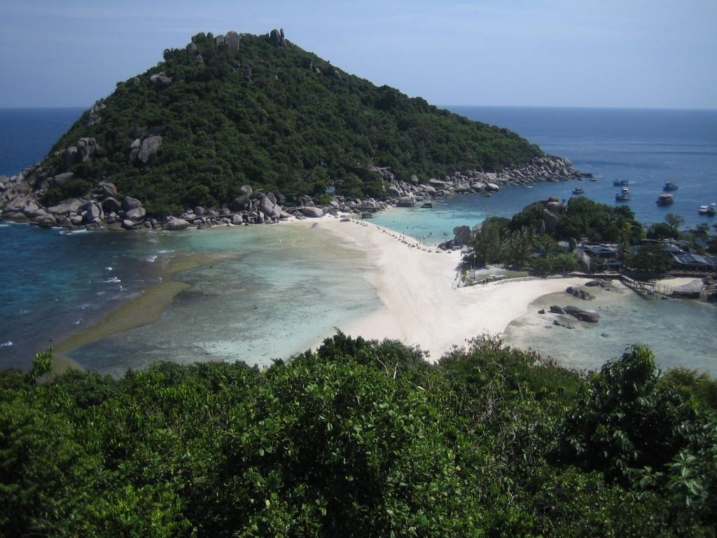 Koh Nang Yuan está formada por 2 montículos cubiertos de vegetación y una larga lengua de arena que los une.