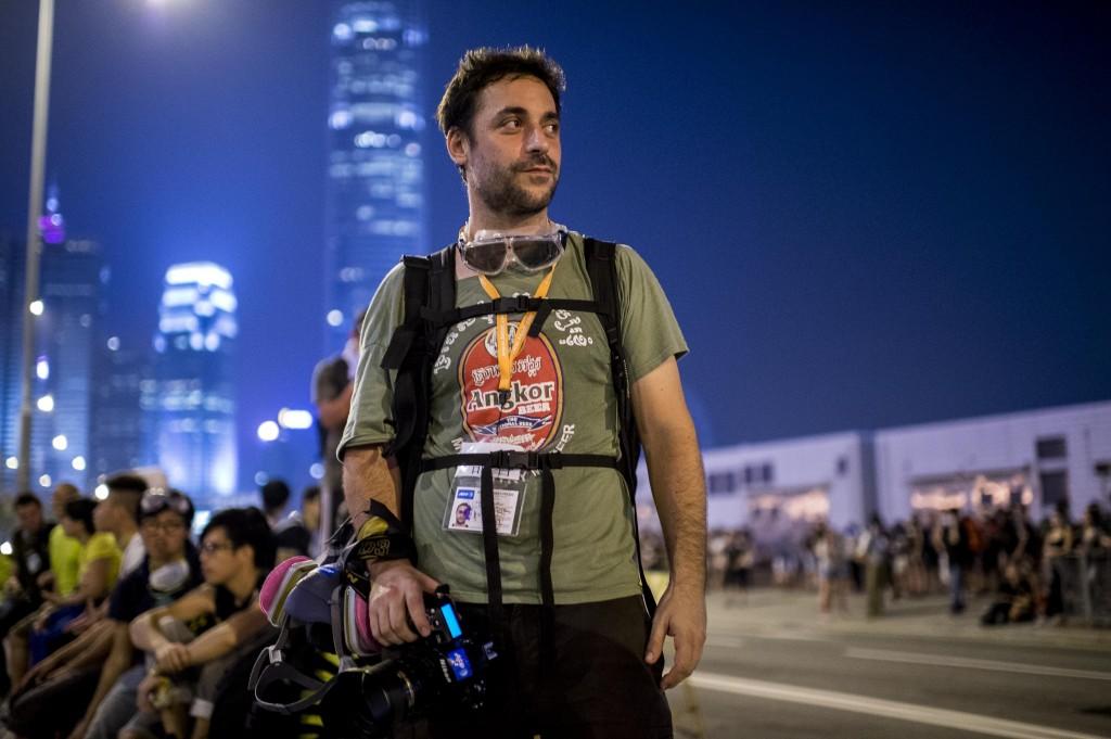 Xaume con las gafas al cuello para evitar los gases lacrimógenos en Hong Kong.  Fotografía: Víctor Fraile