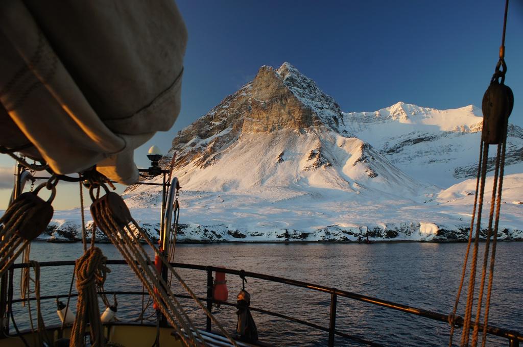 dormir rodeado de hielo a bordo del
