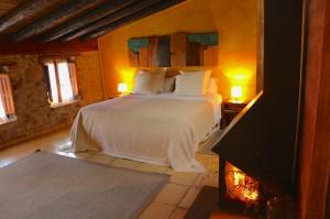 La chimenea junto a la cama es la estrella del Jardín Vertical.