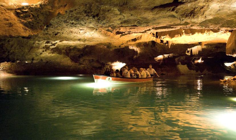 Las barcas recorren en hora y media las cuevas de San José.