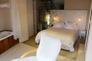 La habitación les Mamelletes tiene vistas a dos montañas de las estribaciones del P.N. de la Sierra de Espadán.
