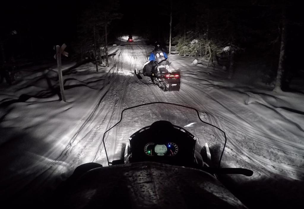 En motos de nieve por los paisajes nevados de Laponia finlandesa.