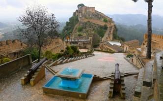 La vista desde los cañones del castillo desvela la silueta del castillo menor.