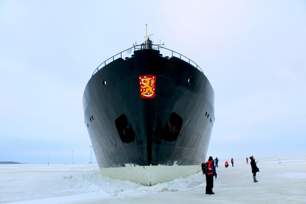 El rompehielos Sampo parado en mitad del mar helado.