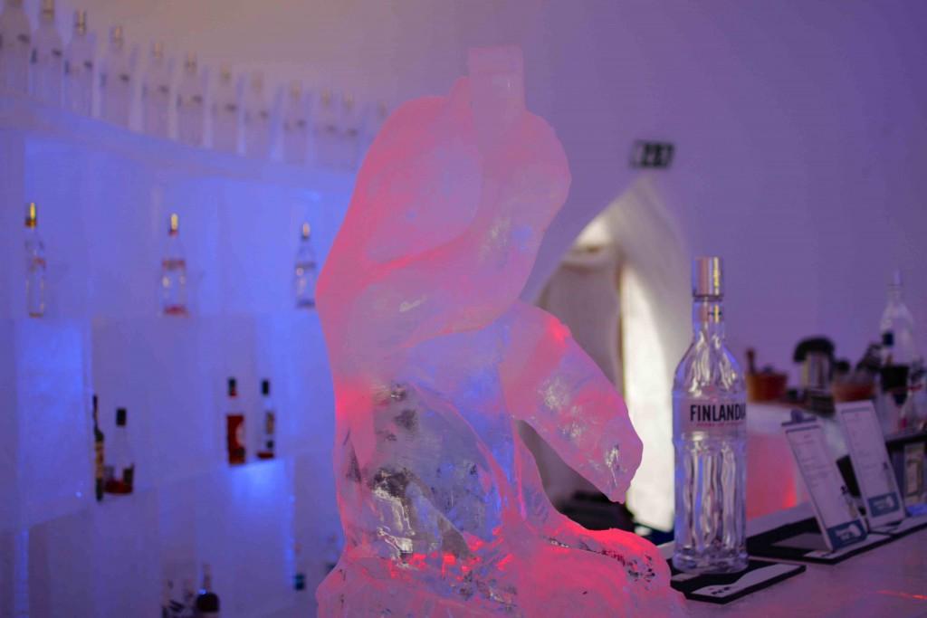 Un chupito en vaso de hielo en el hotel de hielo del Snowman World.
