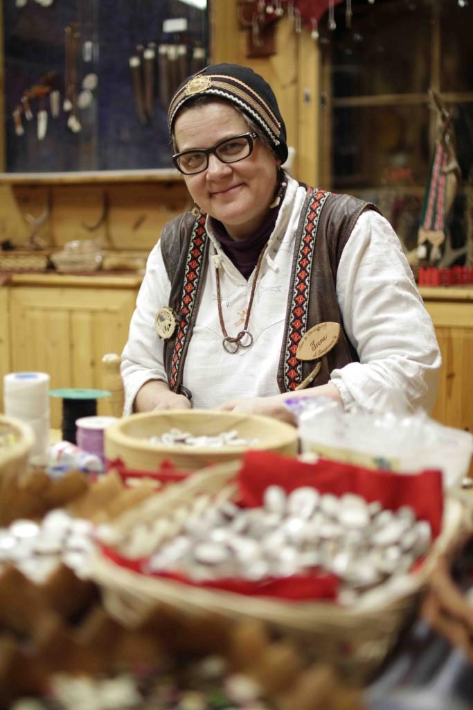 Irene trabaja como nadie la artesanía con astas de reno.