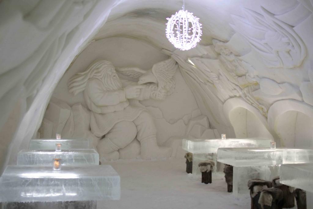 El restaurante del SnowCastle de Kemi con mesas de hielo.