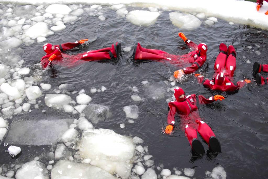 Un baño en el mar helado del golfo de Botnia.