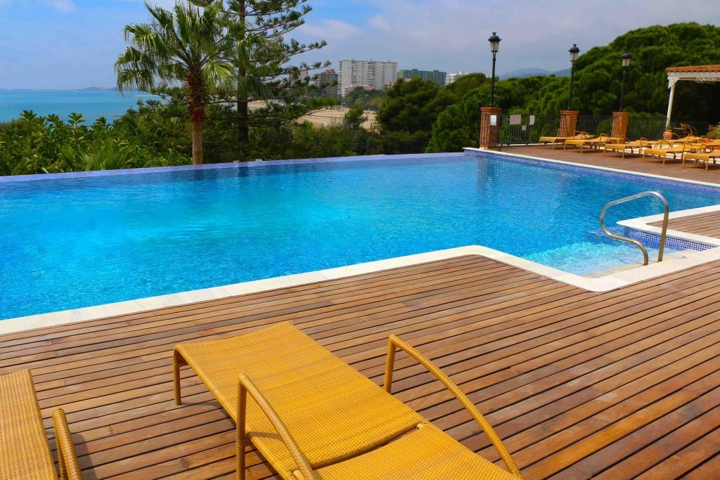 La piscina es un remanso de paz con vistas a la costa de Benicàssim.