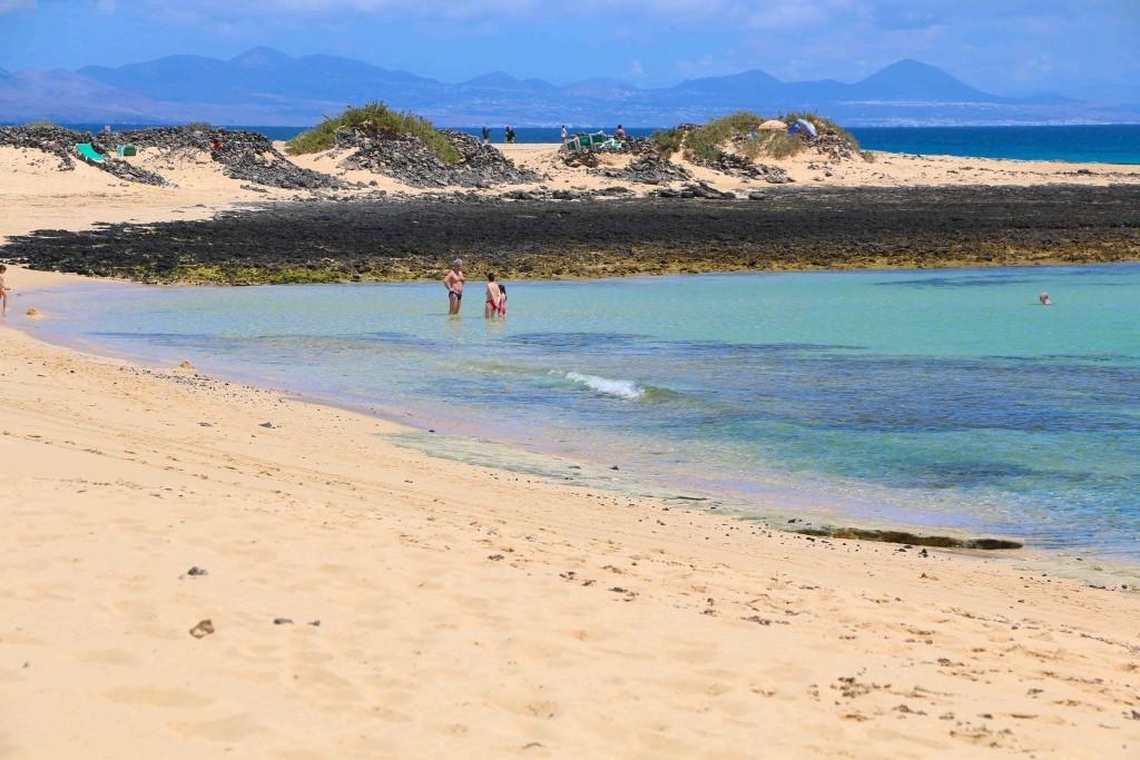 Al fondo de las playas de Corralejo (Fuerteventura) se onbserva la silueta de la cercana isla canaria de Lanzarote.