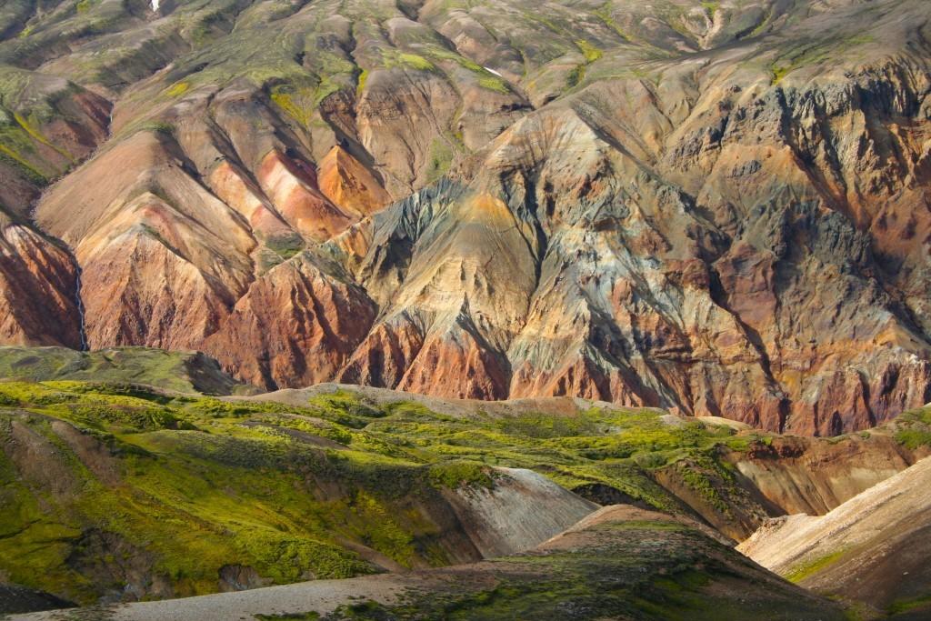 Las coloridas montañas son uno de los atractivos del mejor trekking de Islandia.