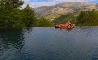 La piscina desbordante da mucho juego en Vivood Landscape Hotel.