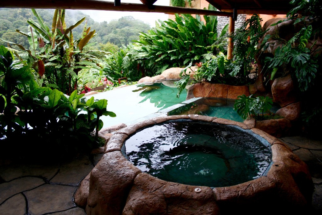 Las piscinas del Peace Lodge se abren al busque nuboso de Costa Rica.