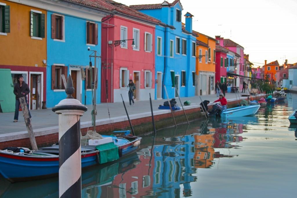 La isla de Burano es conocida por sus coloridas casitas entre canales.