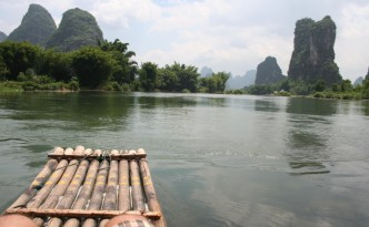 Un paseo en balsa de bambú es lo más recomendable para conocer el entorno rural de Yangshuo.