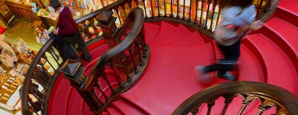 Las escaleras retorcidas de la librería llaman la atención.