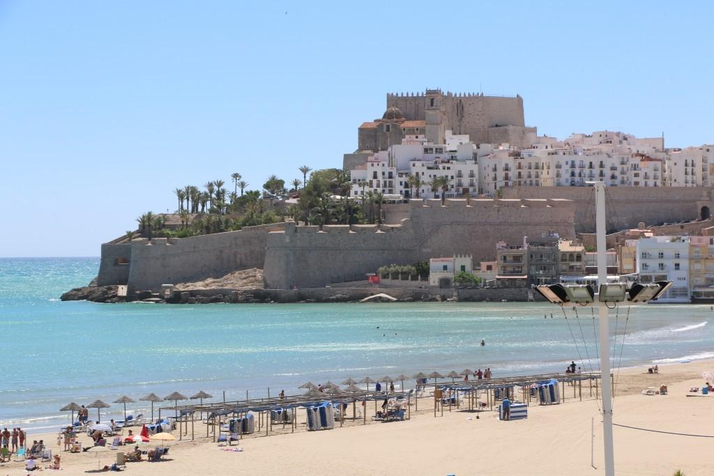 El Castillo de Peñíscola es uno de los más bonitos de España dada su peculiar construcción en una pequeña península que se adentra en el Mediterráneo.