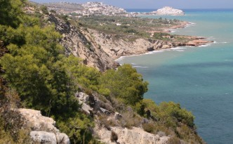 La Serra d'Irta se extiende salvaje al sur de la población de Peñíscola (Castellón).