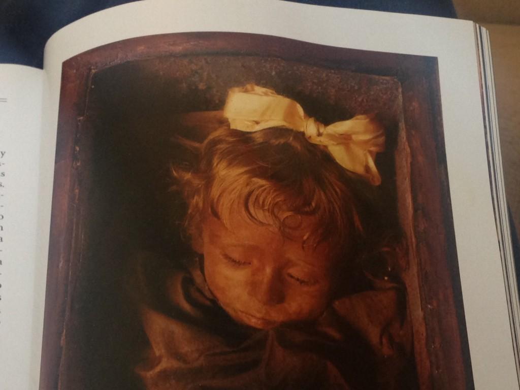 La momia de la pequeña Rosalía en la revista National Geographic de febrero de 2009.