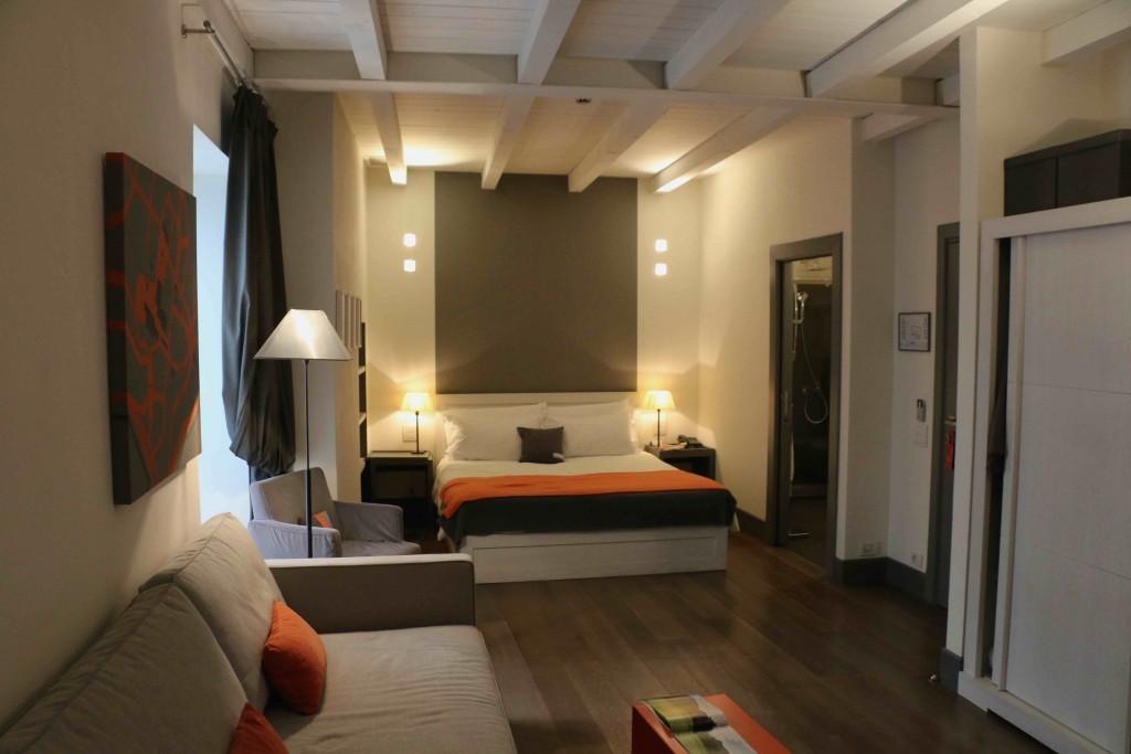 Las habitaciones del Gombit Hotel son amplias, minimalistas y acogedoras