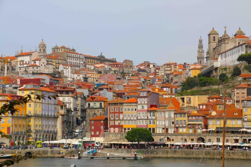 1. FACHADAS DE COLORES EN LA RIBEIRA. Desde Vilanova de Gaia se puede contemplar la colorida estampa de la Ribeira de Oporto.