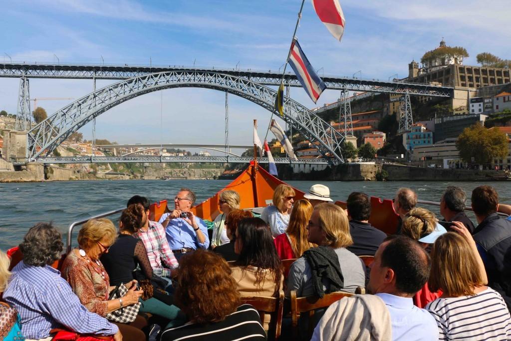 2.OPORTO DESDE EL RÍO DOURO (O DUERO). El río Duero es el alma de Oporto. Es muy recomendable recorrerlo y ver los 6 puentes que lo cruzan.
