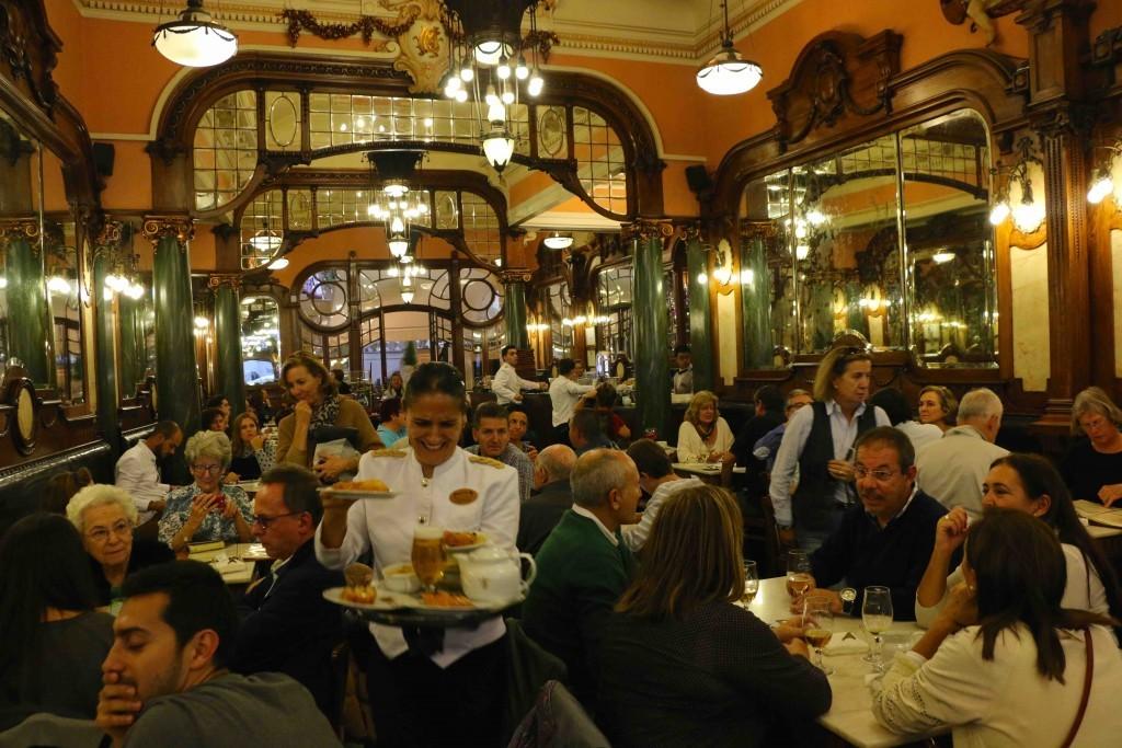 4. VIAJE A LA BELLE ÉPOQUE DEL CAFÉ MAJESTIC. Si hay un lugar en el que se respira historia es en este café de 1921. Impresicindible.