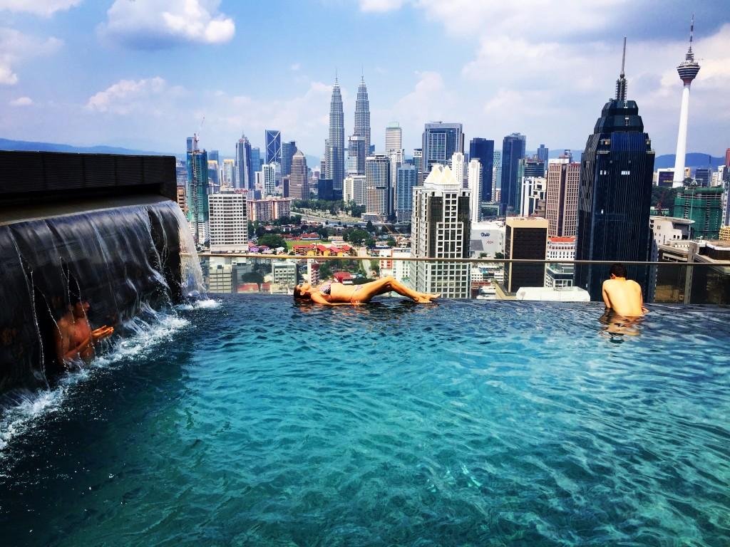 El hotel con mejores vistas de kuala lumpur por 15 for Fotos de piscinas infinity