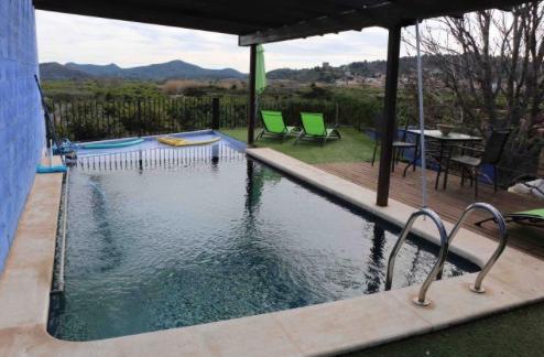 La piscina del Secanet tiene vistas a los campos de cultivo y montañas donde empieza la Sierra de Espadán.