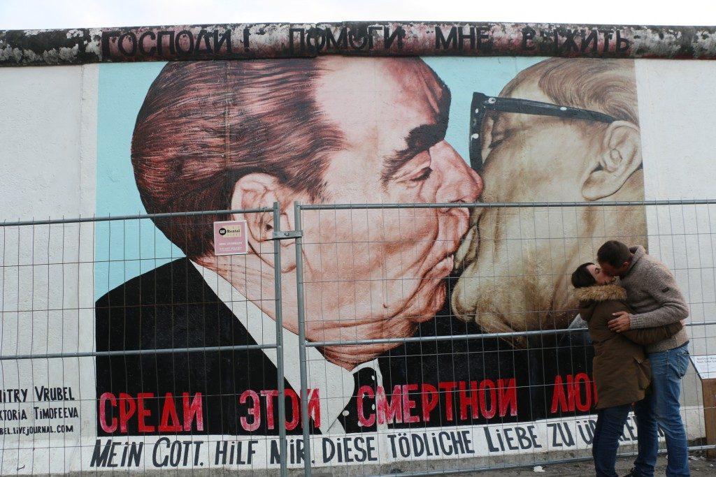 Con sus coloridos murales 100 artistas internacionales expresaron lo que les inspiró la caída del Muro de Berlín (1989).