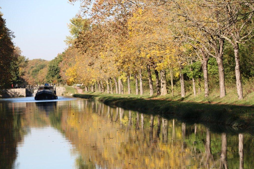 CANAL DU MIDI Desde la ciudad nueva de Carcasona puedes recorrer en barcaza el Canal du Midi y ver el funcionamiento de sus esclusas.
