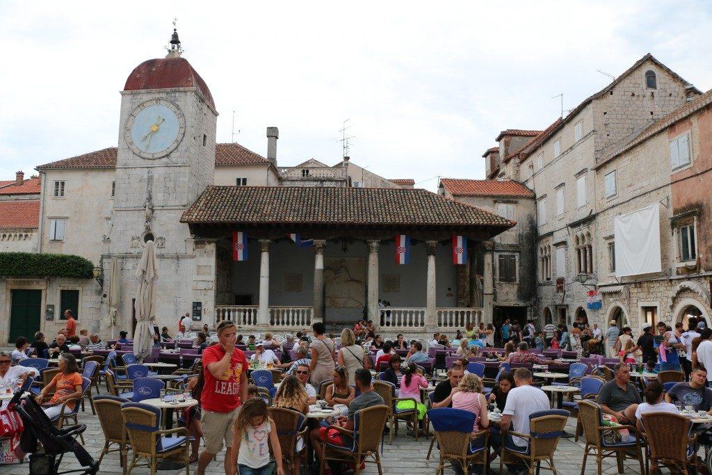 LA PLAZA DE TROGIR | IVANA PAVLA II. En esta plaza un café, y de los buenos, rodeado de tanta belleza puede durar lo que quieras.