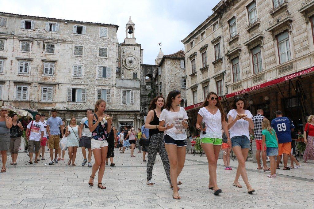JUNTO AL RELOJ | PLAZA NARODNI. Esta plaza está repleta de terrazas en las que hacer un alto en el camino.