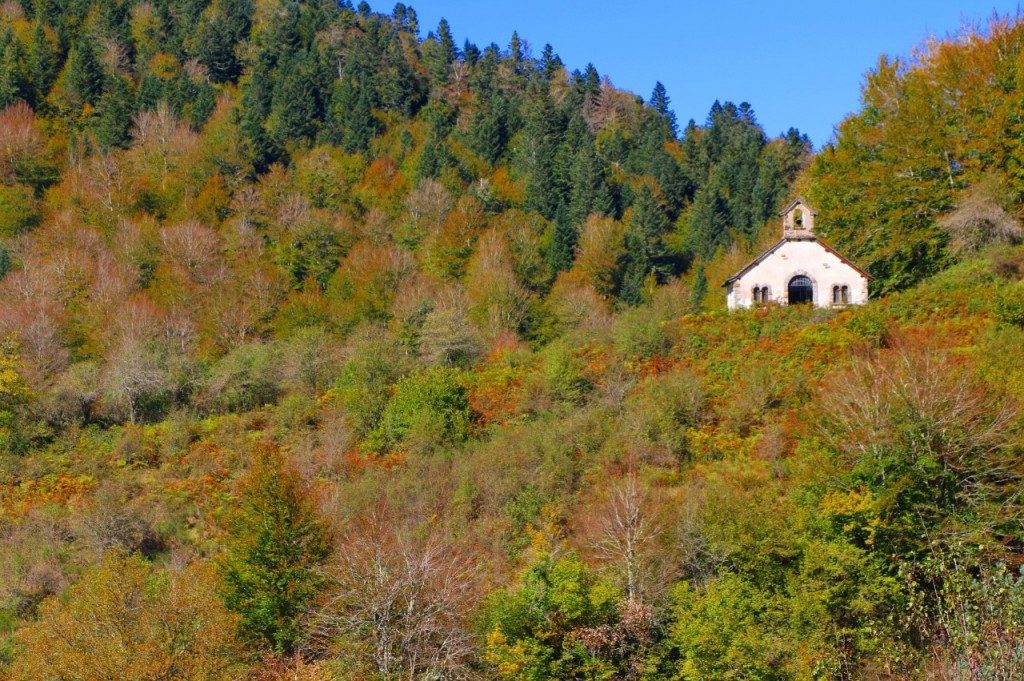EL BLANCO DE LA SELVA | ERMITA DE LA VIRGEN DE LAS NIEVES. Por el acceso sur a la Selva de Irati llegarás a esta ermita reluciente. Un blanco que resplandece aún más entre los coloridos bosques.