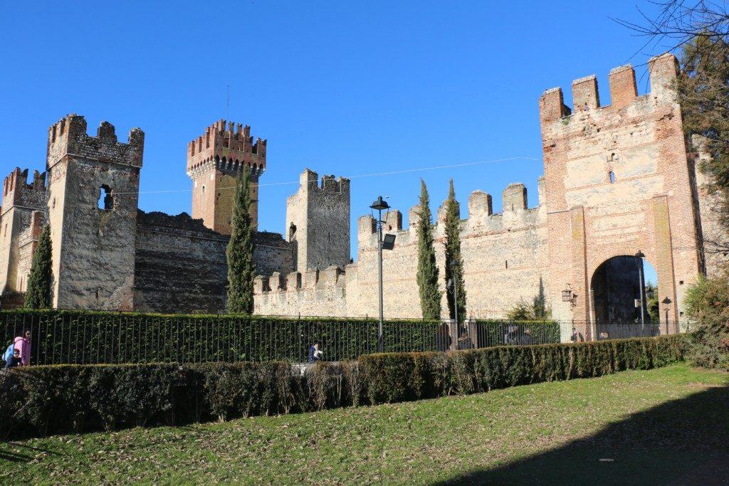 EL MEJOR CONSERVADO | CASTILLO DE LAZISE. El Castillo de Lazise fue construido alrededor del año 1.000 para defenderse del ataque de los húngaros. Y es el castillo mejor conservado del Lago de Garda.