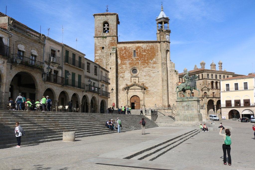 PIZARRO POR TODAS PARTES | LA PLAZA MAYOR. Una estatua ecuestre de Francisco Pizarro preside la fabulosa Plaza Mayor de Trujillo, rodeada de soportales y palacios de diferentes estilos arquitectónicos.
