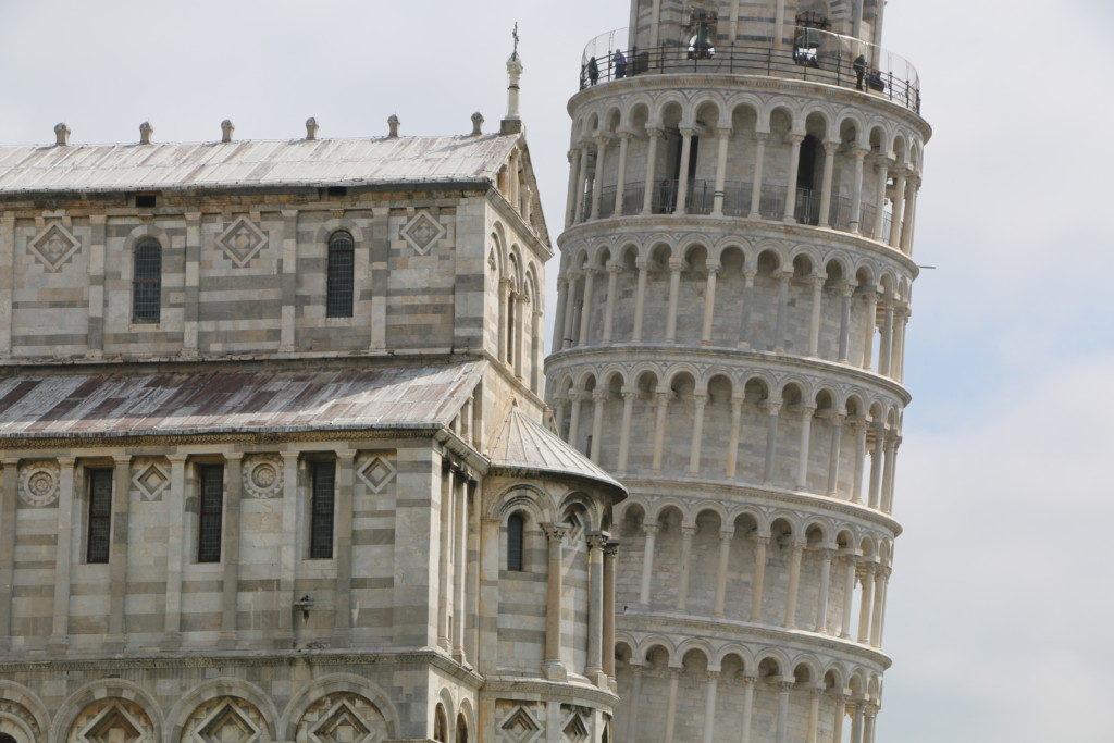 LA TORRE | CAMPO DEI MIRACOLI. Su inclinación, que comenzó poco después de iniciarse su construcción en 1173, se magnifica si subes a lo más alto.