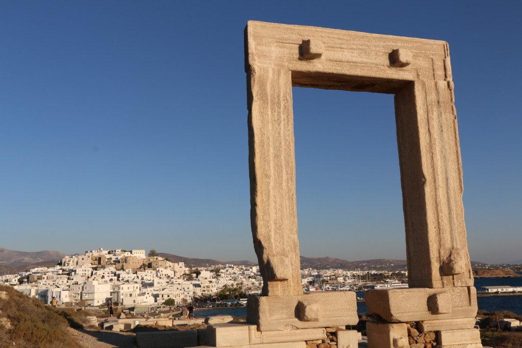 UN MARCO DE FOTO | EL TEMPLO DE APOLO. De la antigua ciudad de Naxos se conserva un grandiosos portalón de un templo jónico del siglo VI a.c.